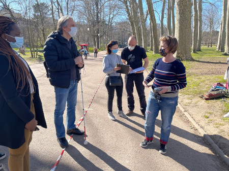 Valérie Renaudin, her colleagues from GEOLOC Team and Charlène Milly from Okeenea Digital are studying the mobility of a visually impaired man